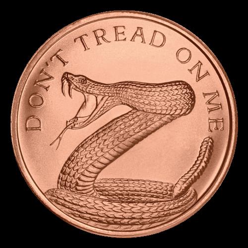 """Eine eingerollte Klapperschlange, Giftzähne klar sichtbar, bereit zuzubeißen und die Worte """"Don't Tread on Me"""" (Tritt nicht auf mich)."""